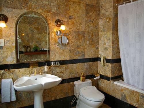 Große geschmackvolle Badezimmer in Saigon