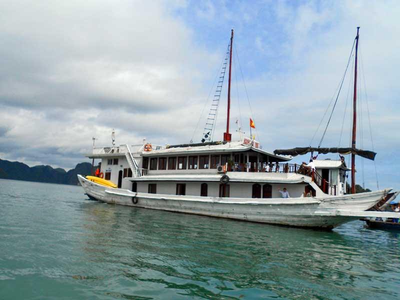 Traditionelle Dschunke in Halong Bucht bei Vietnam Reise