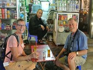 Hanoi Ausflüge: Reisende in einem Straßencafe
