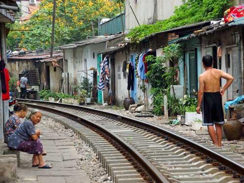 Hanoi Ausflüge: Bahnstrecke und Wohnhäuser