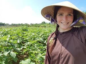 Hue und Hoi An Ausflüge: Reisespezialistin Christina hilft bei der Feldarbeit